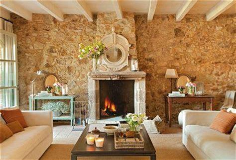 Salón con pared de piedra y chimenea   house decoration ...