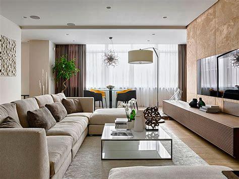 Salón elegante y cálido, decorado en tonos neutros