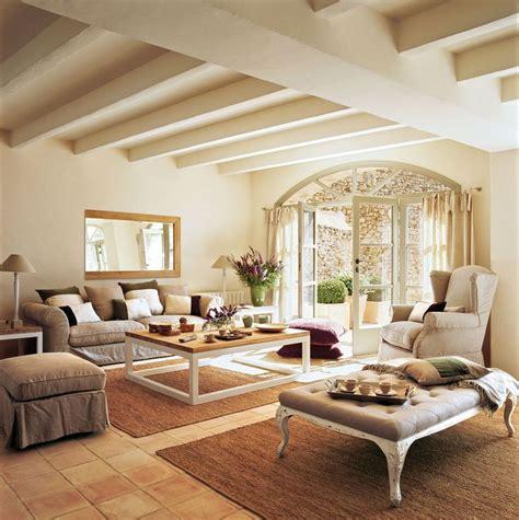 Salón en tonos beige con suelo de terrazo y puerta en arco ...