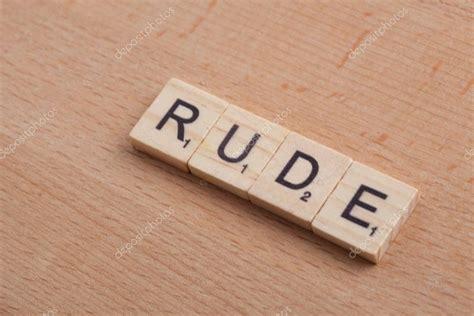Scrabble letras deletreando la palabra grosero . — Foto de ...