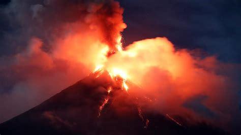 Se intensifican las peligrosas erupciones del volcán ...
