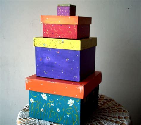 Set de cajas decoradas todas de diferente manera, pintadas ...