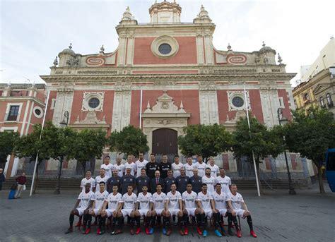 Sevilla FC: El Sevilla se hace la foto oficial en la plaza ...