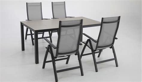 Sillas de posiciones y mesas jardín negro