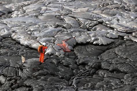 SkyAlert on Twitter:  Geólogo del USGS toma muestras ...