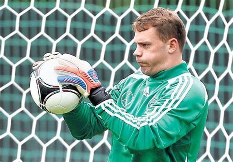 Soccer world: World s best football goalkeeper 2012