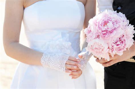 Sposa Che Registra Il Suo Anello Di Cerimonia Nuziale ...