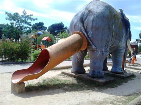 Есть даже слон, правда в виде детской горки: fotografía de ...