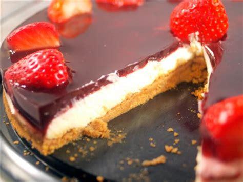 Tarta de chocolate blanco con cobertura de vino dulce y ...
