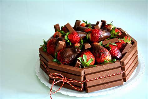 Tarta de Chocolate con Fresas y Kit Kat | LAS MARIA COCINILLAS