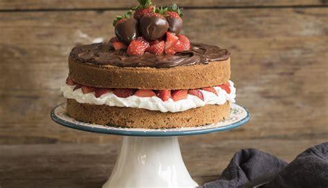 Tarta de nata y fresas con crema de chocolate | Nestlé Cocina