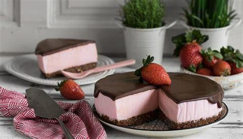 Tarta mousse de fresa con cobertura de chocolate negro 70% ...