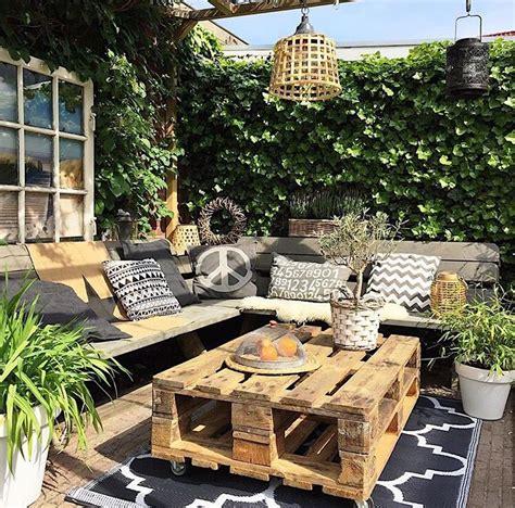 The pallet table in 2019   Backyard patio, Backyard ...