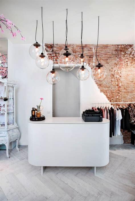Tienda de ropa con decoración vintage y Chic