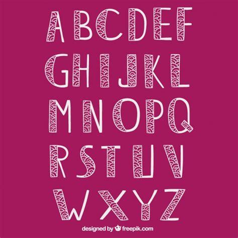 Tipografía dibujada a mano en estilo ornamental ...