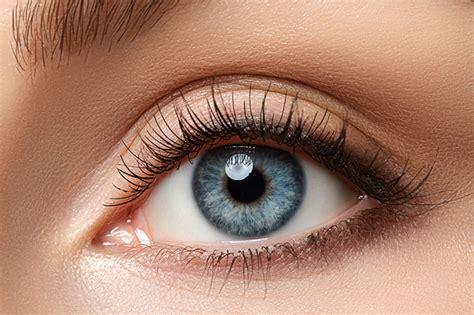 Toma nota de estas claves para maquillar los ojos claros