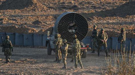 Tropas griegas en la frontera usan ventiladores para que ...
