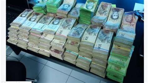 Turista cambió Euros en Venezuela... ¡Todo esto le dieron!