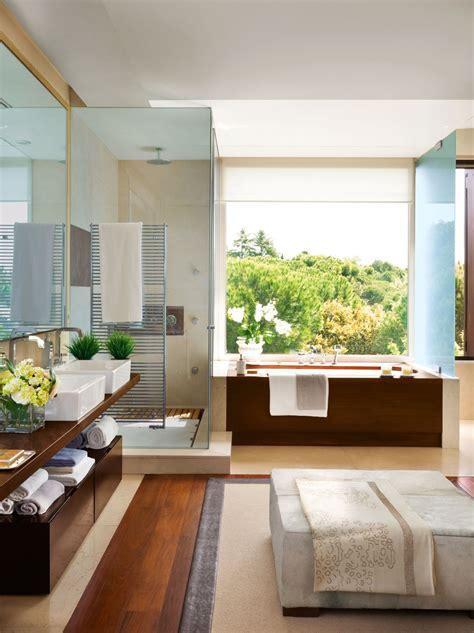 Un baño amplio y muy versátil con vestidor