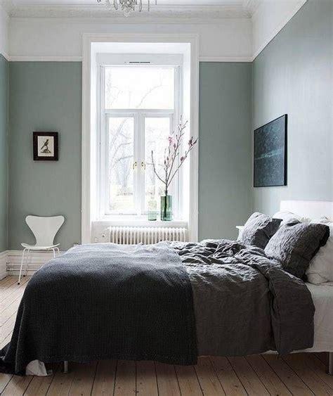 Un dormitorio en verde gris | Habitaciones grises ...