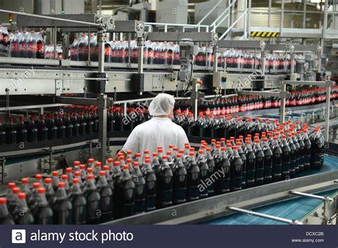 Un empleado se muestra junto a la línea de producción en ...