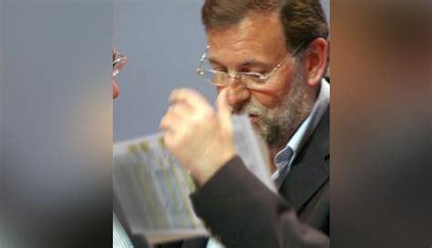 Un hombre fuerza a Mariano Rajoy a besar los papeles de ...