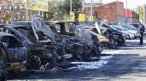Un incendio quema 10 vehículos en una calle de Esplugues ...