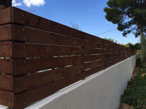 Un muro de obra con valla DIY de madera en el jardín ...