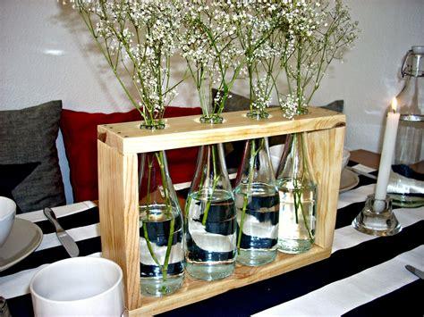 Un precioso florero hecho con madera de palets y botellas ...