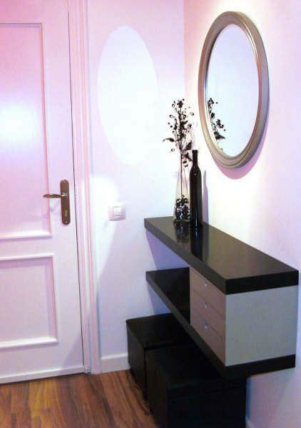 Un sencillo mueble de entrada con dos estantes LACK ...