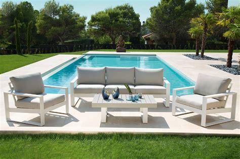 Un verano en la piscina · LEROY MERLIN en 2020 | Muebles ...