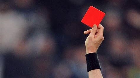 Una árbitra suspende un partido de fútbol tras escuchar ...