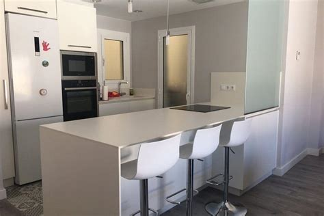 Una cocina abierta, centro de esta reforma integral de ...