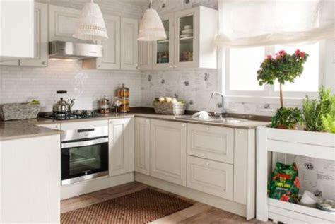 Una cocina luminosa y actual: los muebles blancos son ...