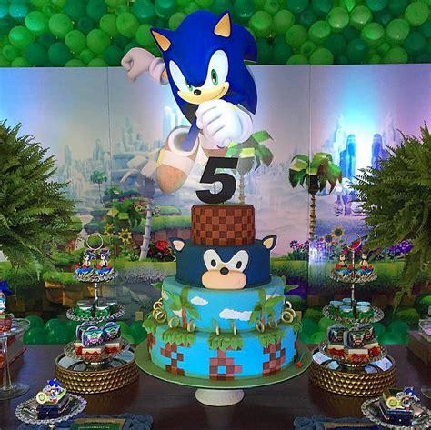 Una torta muy elegante con Sonic que empieza a correr a la ...