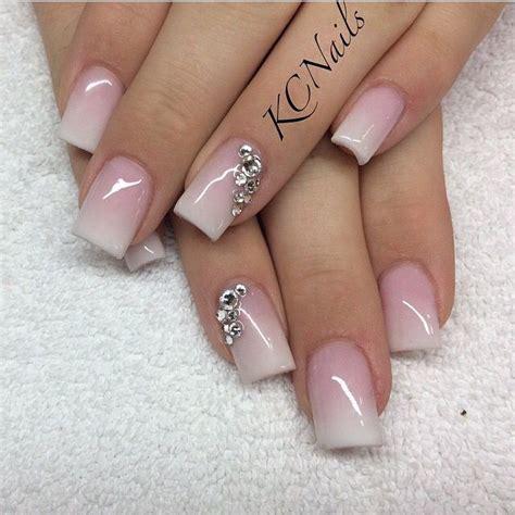 Uñas con degradado en blanco y rosa y brillantes #Manicura ...