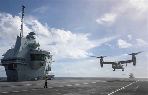 US Navy s largest helicopter touches down on HMS Queen ...