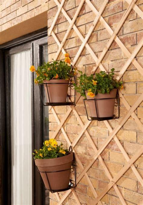 Usa celosías o vallas de jardín para colgar maceteros y ...