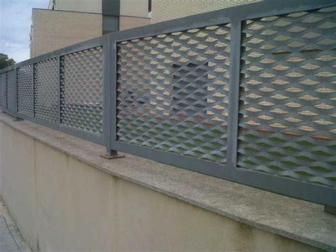 Vallas con verjas de hierro   Construmática
