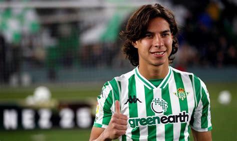 Video: Diego Lainez es recibido como héroe en su ...