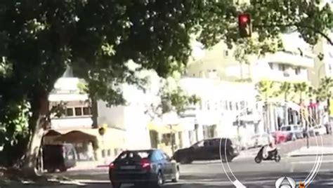 Vídeo: Un motorista se queda atrapado al caerle encima una ...