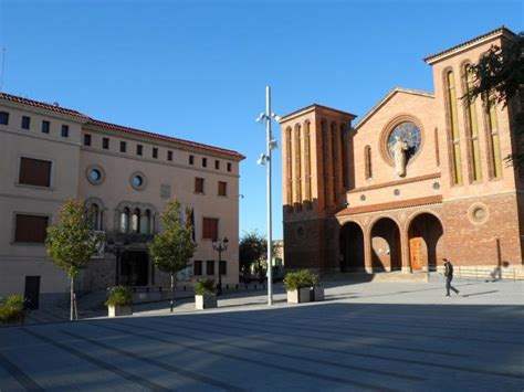 Vista del Ayuntamiento y la Iglesia Santa María, CORNELLA ...