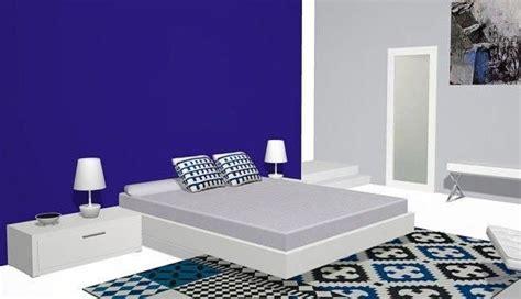 Vista lateral de la cama con el aro flotante en la ...