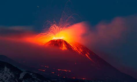 Volcán Etna hace erupción en la isla italiana de Sicilia ...