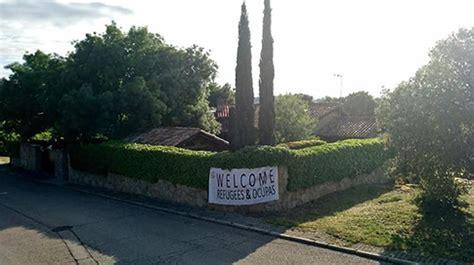 VOX coloca una pancarta en el chalet de Pablo Iglesias e ...