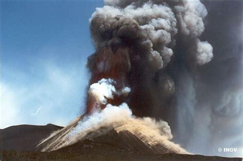 Vulcano Etna, eruzione del 2000 / Etna volcano, eruption 2 ...