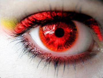 Xakupaku: Personajes de ojos rojos
