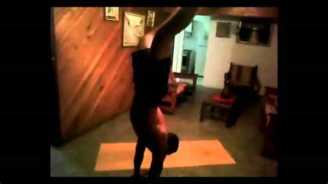 yoga parada de manos y postura de cuervo bakasana, musica ...