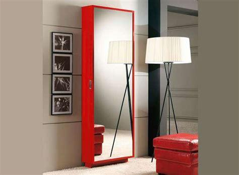 Zapatero estrecho y alto con puerta espejo color rojo