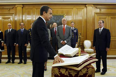 Zapatero promete su cargo y anuncia su gobierno